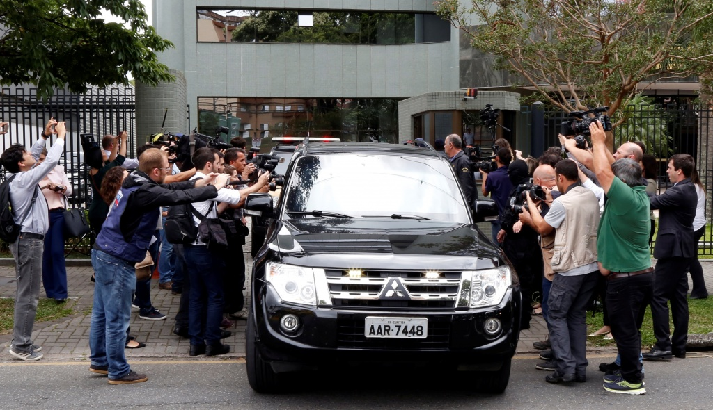 Journalists gather around the car that supposedly carries Marcelo Odebrecht, former chief executive officer of Odebrecht SA, outside Federal Court in Curitiba