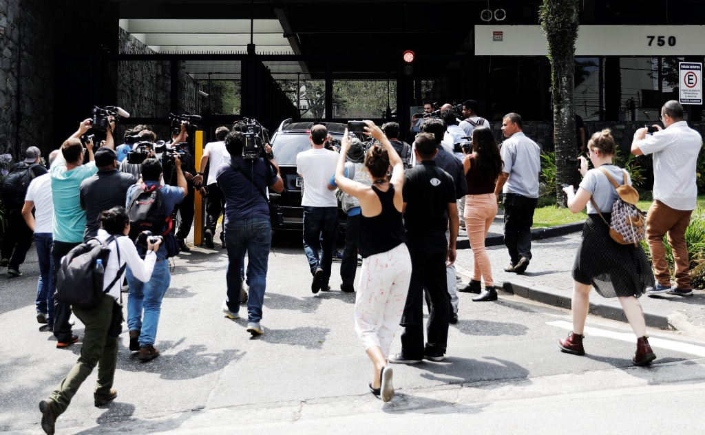 Journalists gather around the car that supposedly carries Marcelo Odebrecht, former chief executive officer of Odebrecht SA, in front of his house in Sao Paulo