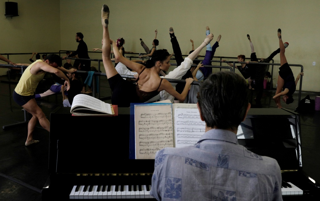 Financial crisis leaves Rio ballerinas struggling