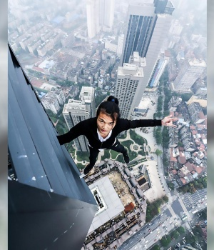 OMG! Rooftop Selfie Daredevil Plunges 62 Stories to Death