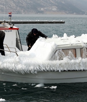 Men remove ice from a boat in Bakarac