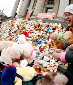 Berlin school pupils set up 740 teddy bears in front at of the concert hall Konzerthaus during an event of the World Vision Organisation to make aware of 740000 Syrian refugee children who can't attend the school