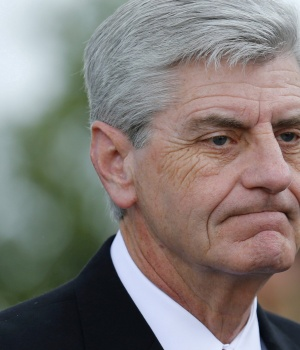 Mississippi Governor, Bryant, arrives at B.B. King's funeral in Indianola