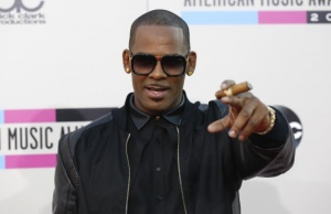 Singer R. Kelly arrives at the 41st American Music Awards in Los Angeles