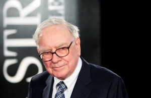 "Investor Warren Buffet arrives for the premiere of the film ""Wall Street: Money Never Sleeps"" in New York"