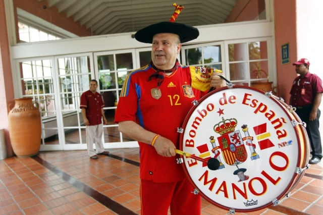 Manolo 'El del Bombo' plays his drum at a hotel in Puerto La Cruz