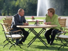 Merkel and Putin speak at Meseberg Palace in Gransee