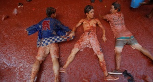 """Revellers play with tomato pulp during the annual """"Tomatina"""" festival in Bunol"""