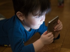 Heart doctors recommend less screen time, sedentary behavior for kids