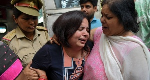 Wife of Vivek Tiwari, a sales manager for Apple, is consoled by her relatives after her husband was shot dead by a police constable in the Gomti Nagar neighbourhood of Lucknow
