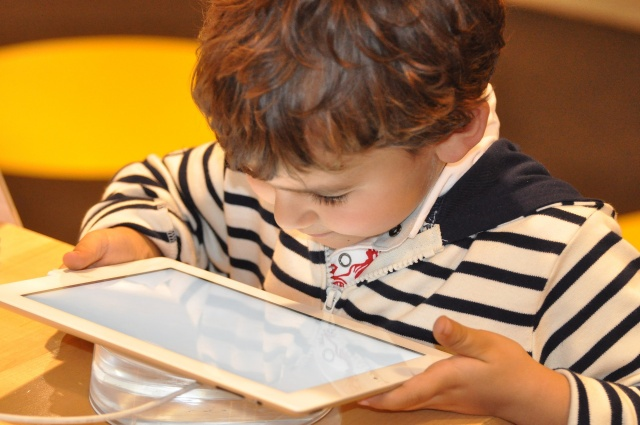 Pediatricians want parents to stop giving toddlers digital toys